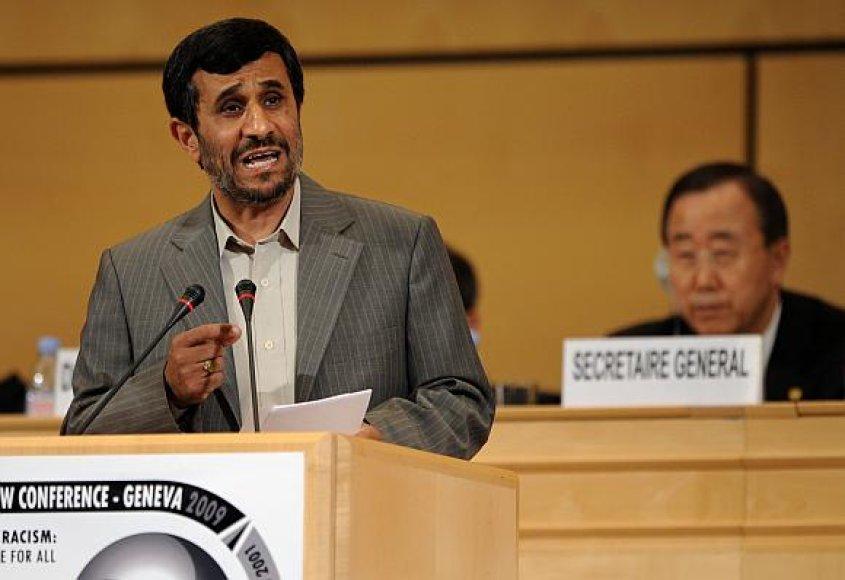 Mahmoudo Ahmadinejado kalba Ženevoje pakėlė ant kojų dešimtis kovos su rasizmu konferencijos dalyvių.