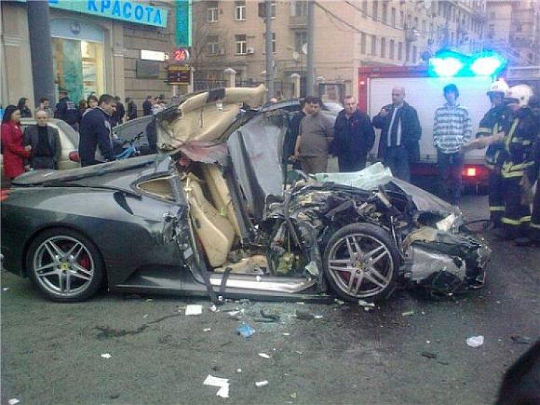 """Mažiausiai trečdalį milijono eurų kainavęs """"Ferrari"""" virto metalo laužo krūva."""