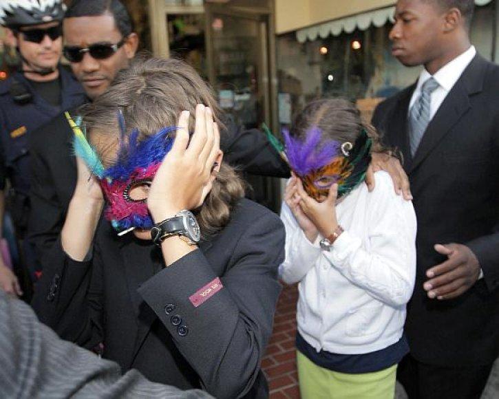 Michaelo Jacksono vaikai viešumoje rodydavosi tik prisidengę veidus kaukėmis.
