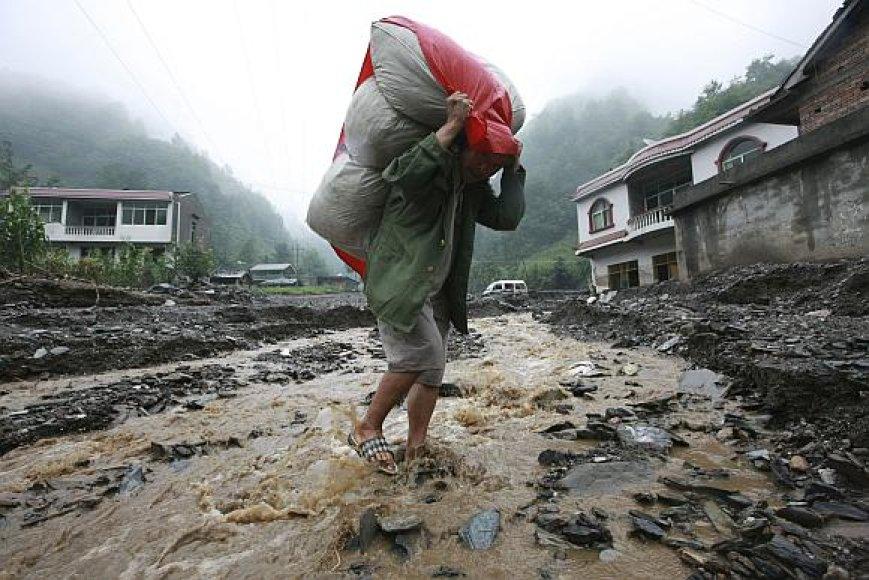 Sičuano provinciją Kinijoje niokoja smarkios liūtys.
