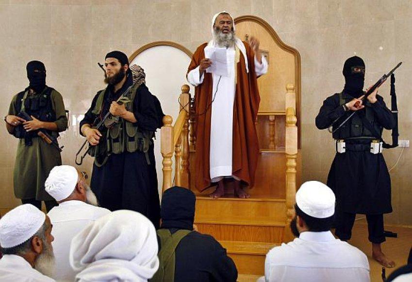 """""""Jund Ansar Allah"""" kovotojai saugo savo lyderį Abdelį Latifą Moussą, kai jis skelbia Islamo emyratą Gazos ruože. Netrukus prasidėjo """"Hamas"""" policijos ataka ir pusę paros trukusios kautynės"""