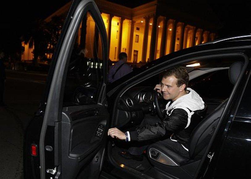 Dmitrijus Medvedevas sulaukė kaltinimų mokąs kitus, tačiau pats pažeidinėjąs taisykles.