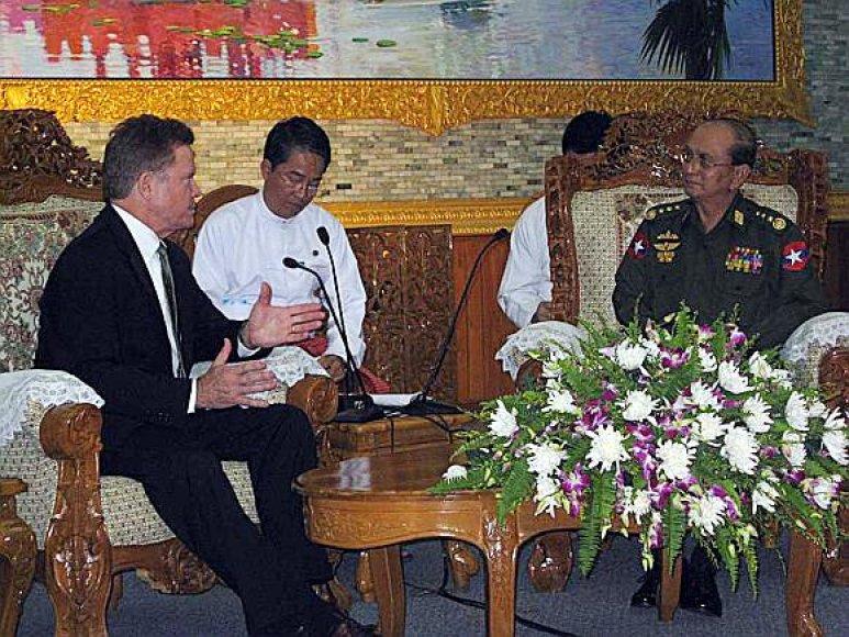 JAV senatorius Jimas Webbas įtikino Mianmaro režimo lyderį Thaną Shwe paleisti įkalintą amerikietė Johną Yettaw.
