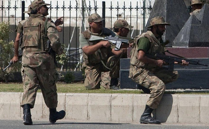 Pakistano ginkluotosios pajėgos šturmavo teroristų užimtas patalpas ir išlaisvino įkaitus.