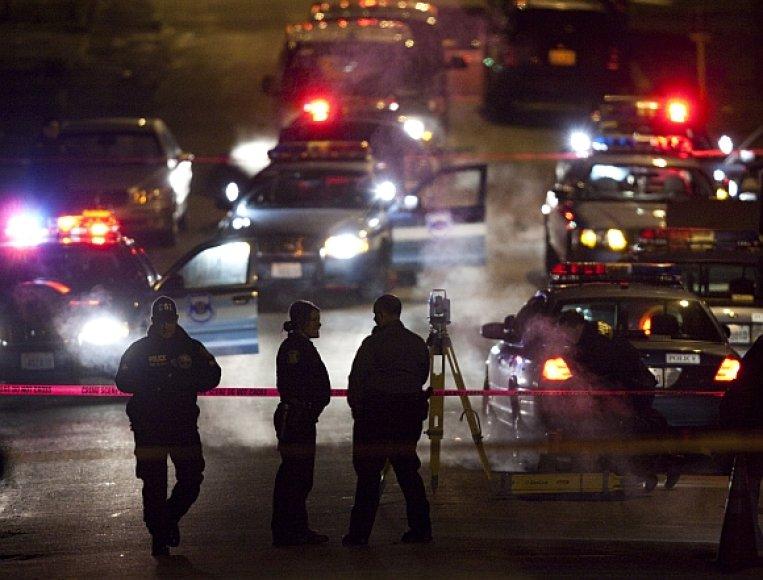Įvykio vietoje, kur buvo nušautas įtariamasis Maurice'as Clemmonsas, dirba policijos pareigūnai.