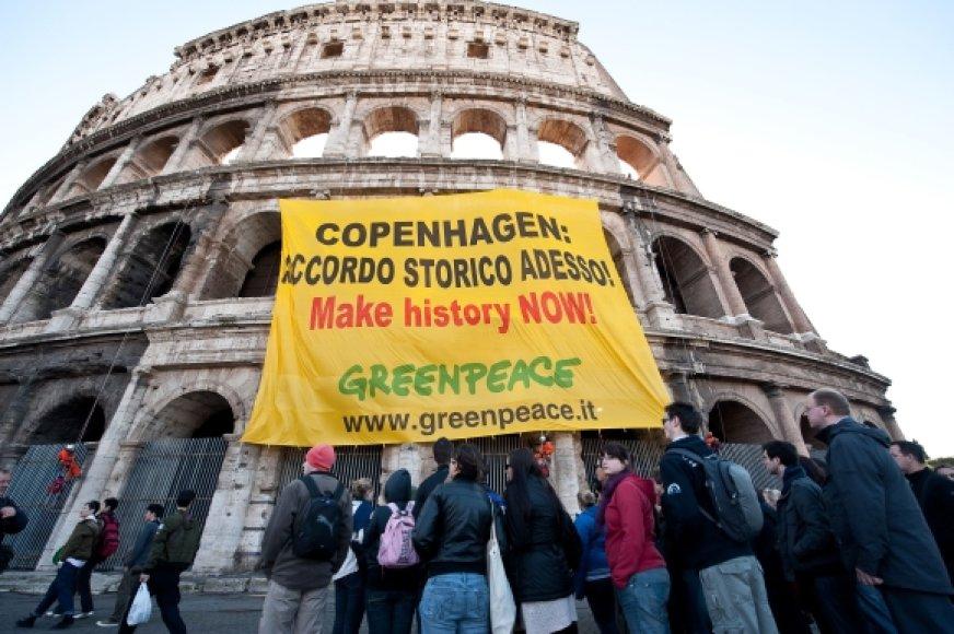 """""""Greenpeace"""" aktyvistai savo transparantus išskleidė ant Romos Koliziejaus sienų."""