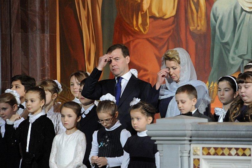 Dmitrijus Medvedevas su žmona Svetlana apsilankė Kalėdinėse pamaldose Kristaus Išganytojo sobore.