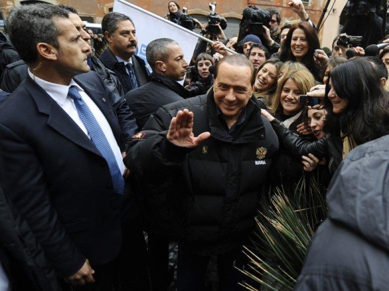 Silvio Berlusconi ir po išpuolio nebijo viešumos.