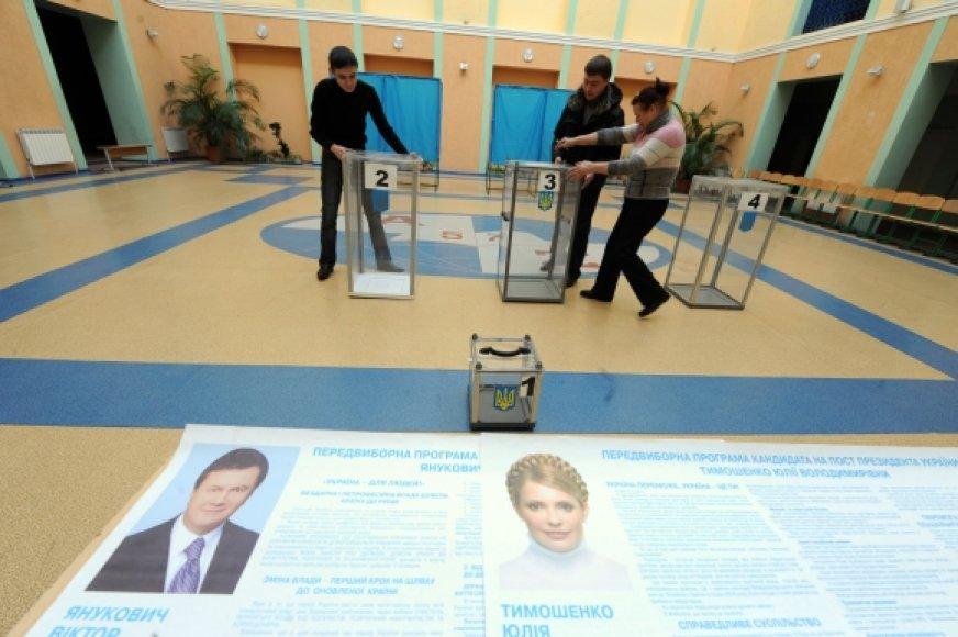 Rinkimų apylinkės pasirengė priimti milijonus balso teisę turinčių Ukrainos piliečių.