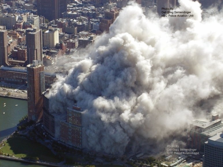 Rugsėjo 11-osios teroro išpuolio pasekmės įamžintos iš policijos sraigtasparnio.