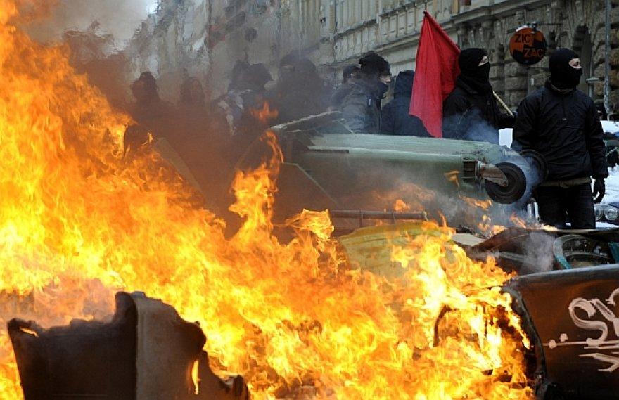 Kairiųjų pažiūrų protestuotojai gatvėse statė ugnies barikadas, kad sutrukdytų žygiuoti neonaciams.