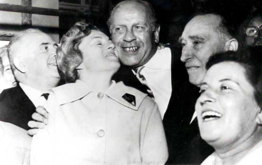 Oskaras Schindleris (centre) su savo išgelbėtais žydais (1962 m.)