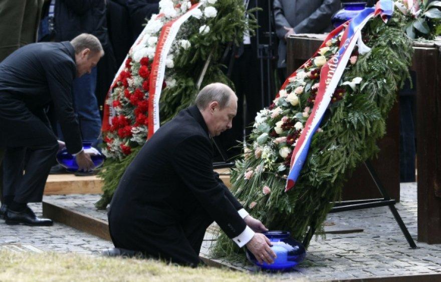 Donaldas Tuskas ir Vladimiras Putinas kartu padėjo vainikus ant Katynės žudynių aukų kapų.
