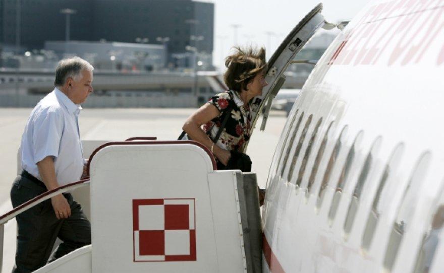 Lechas Kaczynskis ir jo žmona Maria lipa į lėktuvą (2007 m. nuotr.)