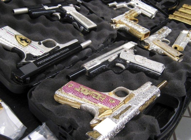 Meksikoje konfiskuota tauriaisiais metalais ir brangakmeniais inkrustuotų ginklų partija.