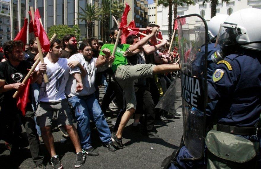 Gegužės 1-ąją padėtimi šalyje nepatenkinti Atėnų demonstrantai susirėmė su policininkais.