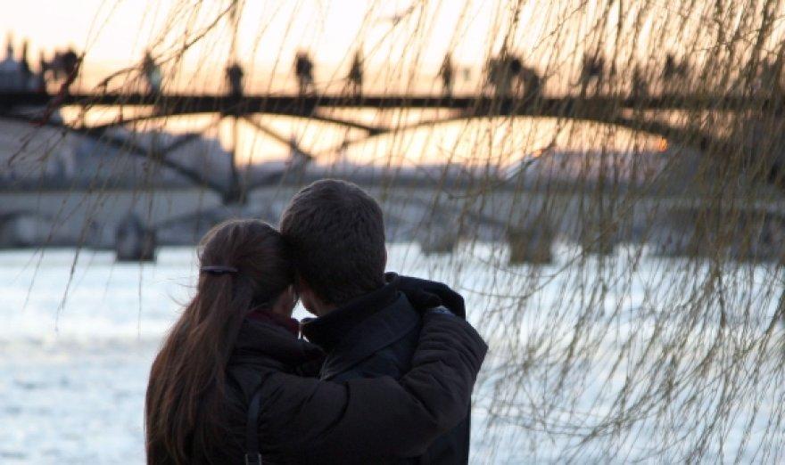 Du įsimylėjėliai Pont des Arts fone