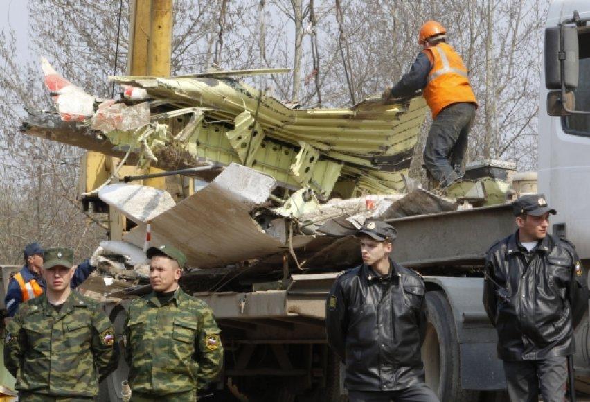 Lenkijos prezidento Lecho Kaczynskio lėktuvo nuolaužos išvežamos iš katastrofos vietos.