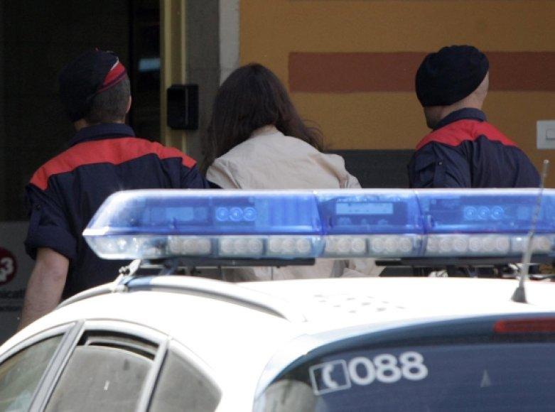 Ispanijos policininkai veda Lianne Smith.