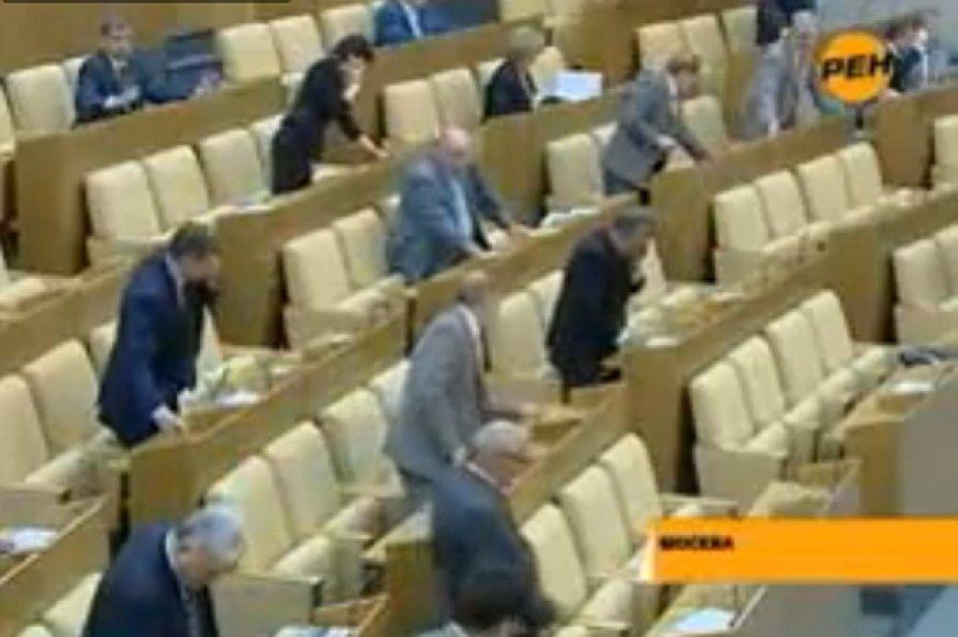 Rusijos Dūmos salėje vyksta lenktynės – kas daugiau mygtukų paspaus.