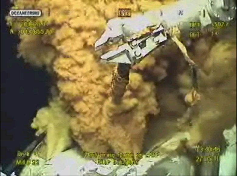 Povandeninis robotas mėgina susidoroti su naftos nuotėkiu.