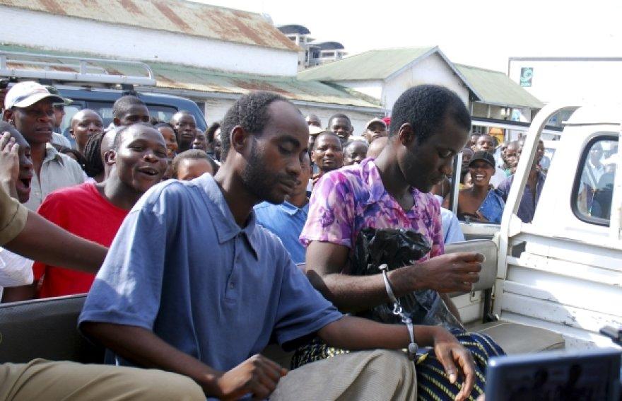 Gėjų pora Stevenas Monjeza (kairėje) ir Tiwonge Chimbalanga, kurios pasigailėjo Malavio prezidentas.