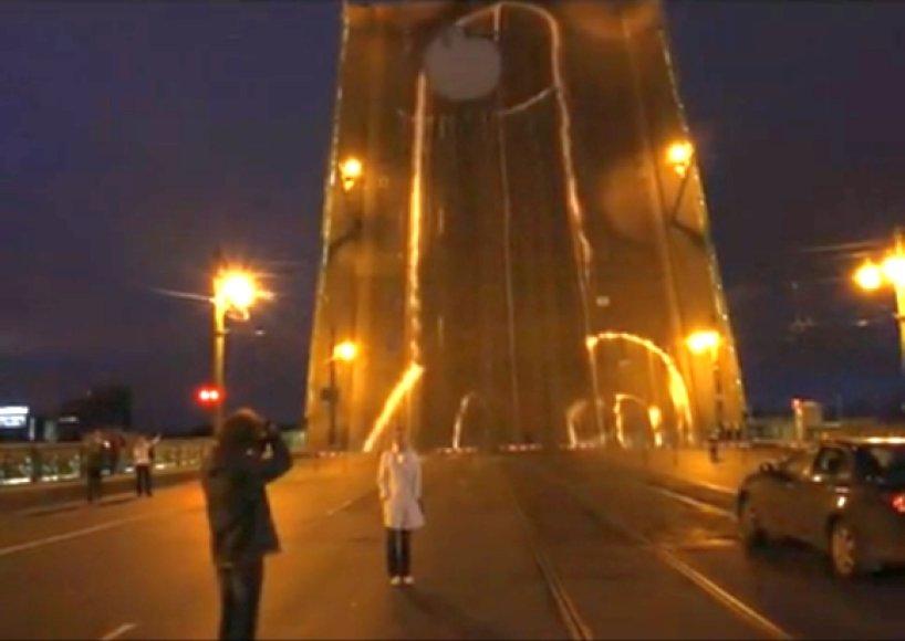 """Menininkų neformalų """"papuoštas"""" Liteinyj tiltas Sankt Peterburge"""