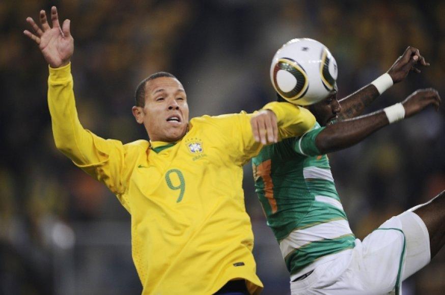 Luisas Fabiano nebeslepia, kad prieš smūgį į vartus kamuolys lietė jo ranką.