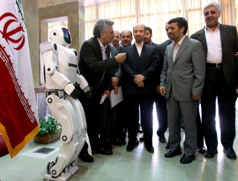 """Robotą """"Surena II"""" pristatė Mahmoudas Ahmadinejadas."""