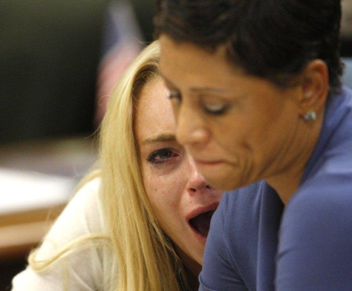 Išgirdusi nuosprendį Lindsay Lohan pradėjo emocingai raudoti.