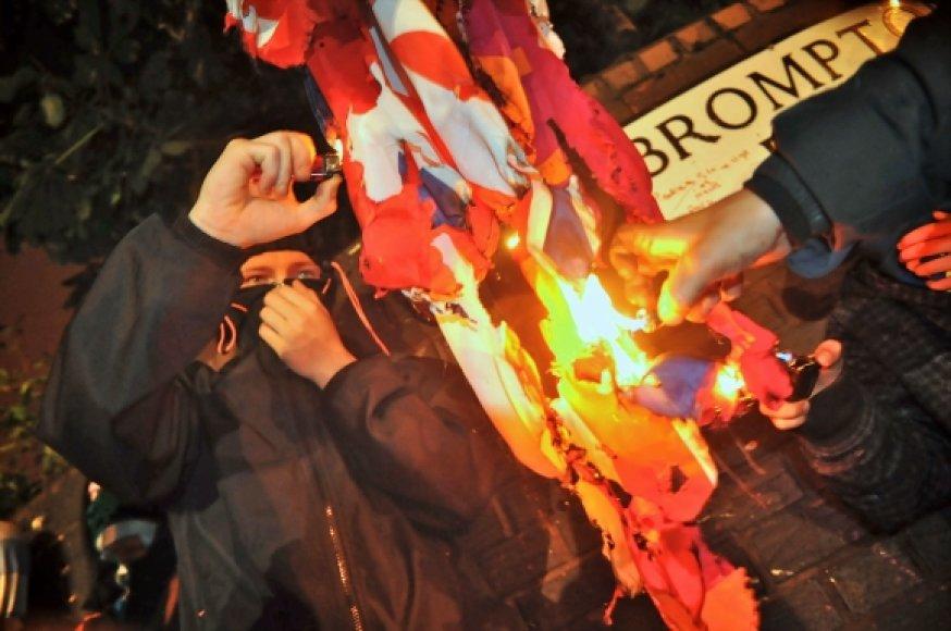 Riaušininkai katalikai degina Jungtinės Karalystės vėliavą.