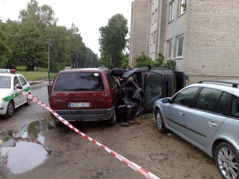 """""""Skraidantis"""" BMW dar sugebėjo apdadinti du kitus automobilius."""