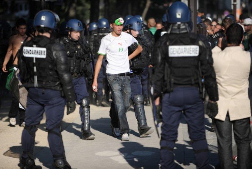 Prancūzijos policininkai sulaiko Alžyro rinktinės sirgalių.