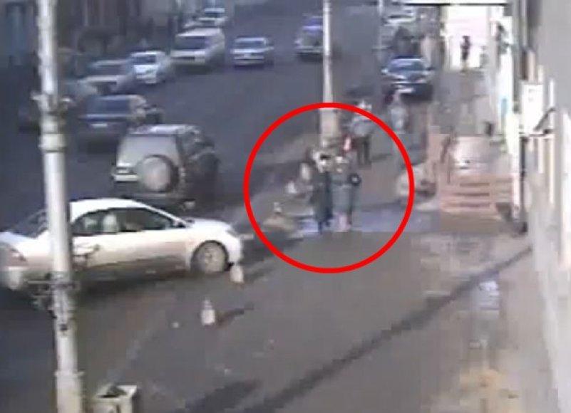 Po akimirkos automobilis trenkėsi į dvi praeives.
