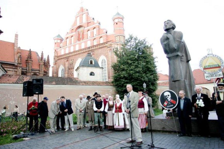 Kiekvienais metais prie A.Mickevičiaus paminklo Vilniuje buvę disidentai renkasi paminėti 1987-ųjų mitingo.