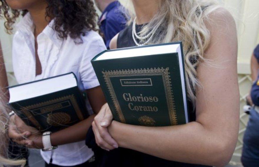 Libijos lyderis merginoms išdalino po Korano kopiją.