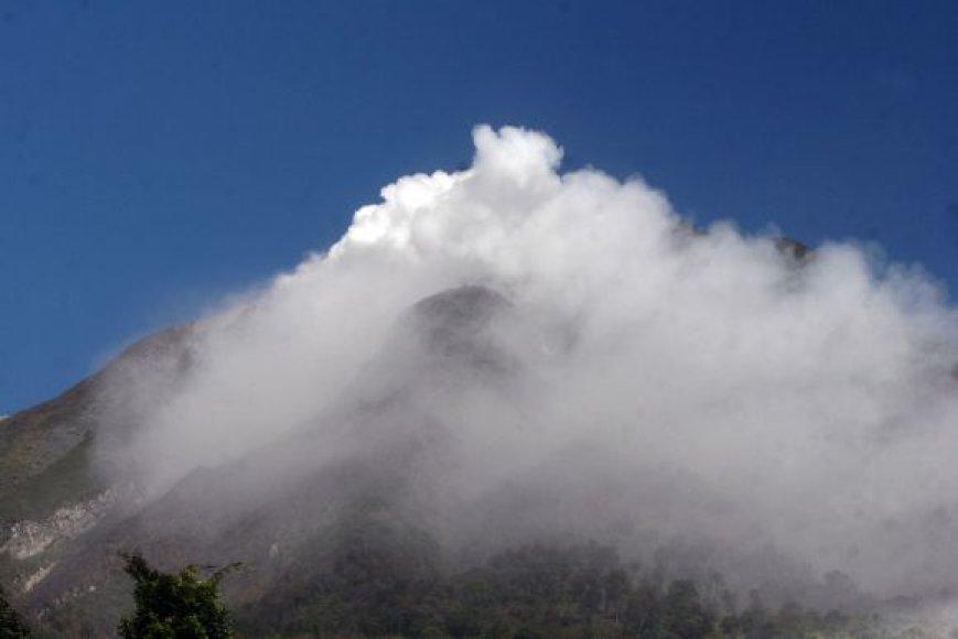 Sinabungo ugnikalnis pabudo po keturių amžių tylos.