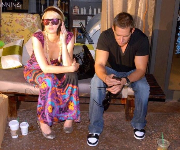 Paris Hilton ir jos draugužis Cy Waitsas įkliuvo policijai dėl kvaišalų.
