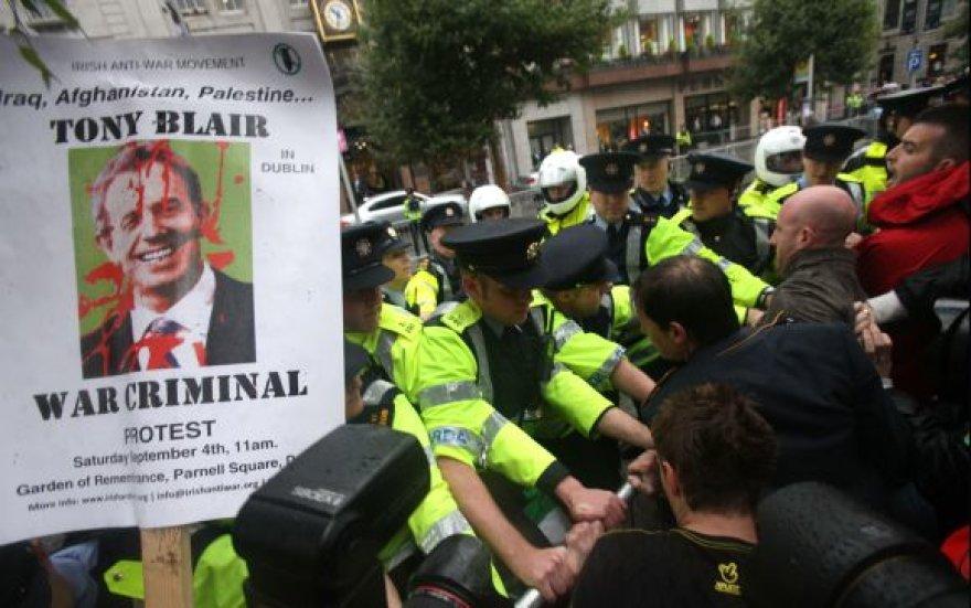 Protestuotojai susigrūmė su policininkais.