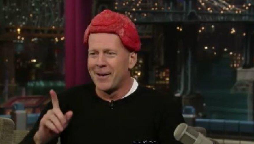 Bruce'as Willisas į televiziją atėjo su peruku iš mėsos.