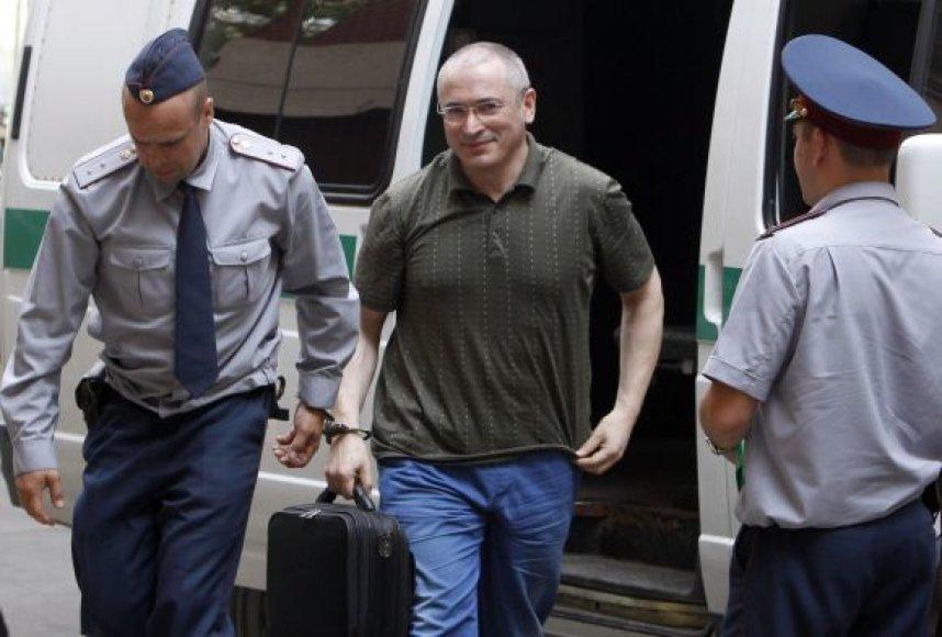 Michailas Chodorkovskis vedamas į teismą.