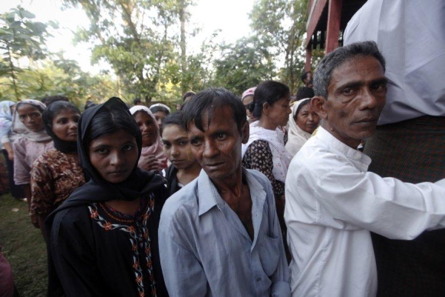 Mianmaro piliečiai laukia eilėje prie balsavimo apylinkės.