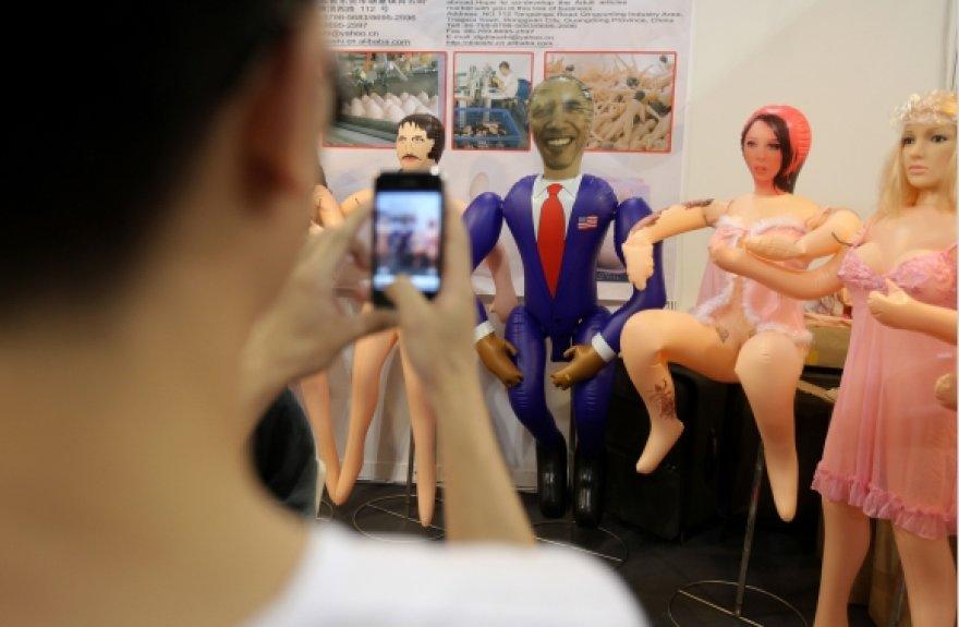 Pripučiama Baracko Obamos lėlė sukėlė prieštaringus jausmus visame pasaulyje.