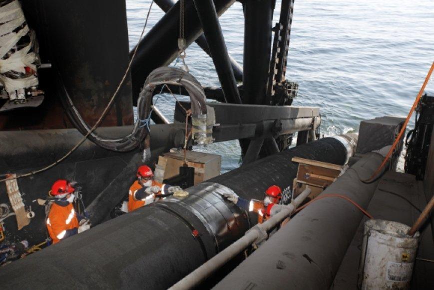 Dujotiekio vamzdis nuleidžiamas į Baltijos jūrą.