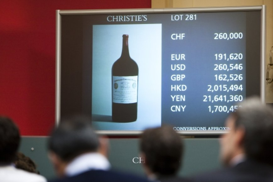 """1947 metų derliaus vyno """"Cheval-Blanc"""" butelis galiausiai parduotas už 304 375 dolerius."""
