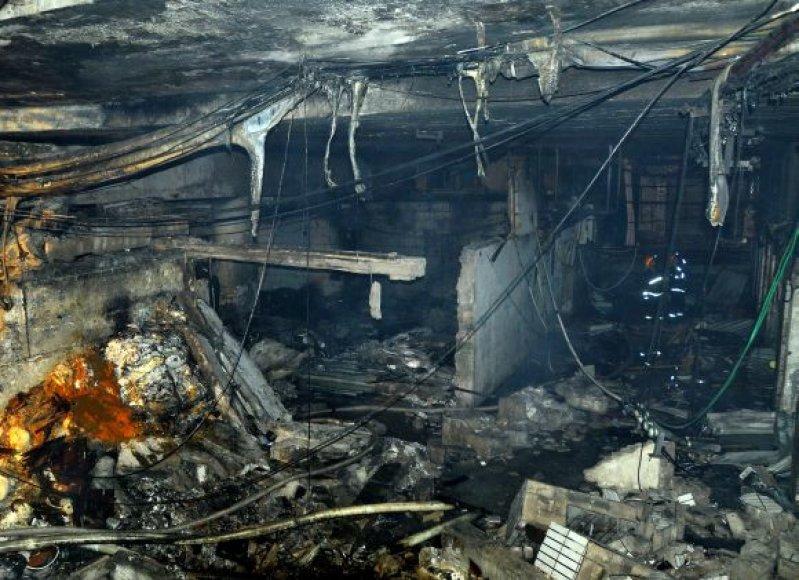 Interneto kavinės vidus po sprogimo išdegė.