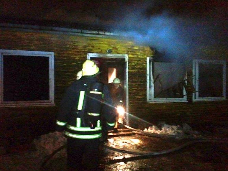 Ugniagesiai gesina prieglaudos pastatą.