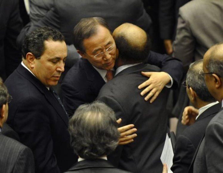 Jungtinių Tautų generalinis sekretorius Ban Ki-Moonas guodžia Libijos ambasadorių Abdurrahmaną Mohammedą Shalghamą.