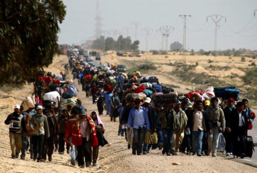 Iš Libijos į kaimyninį Tunisą kasdien atvyksta tūkstančiai pabėgėlių.