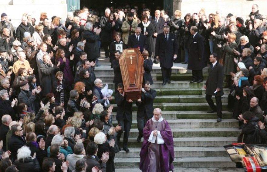 Aktorės karstą iš bažnyčios šimtai kolegų ir gerbėjų išlydėjo aplodismentais.